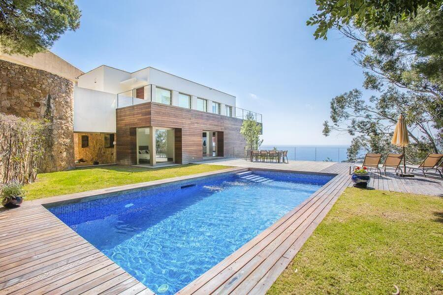 Pool area at Villa Lidia - Photo credit OliversTravels